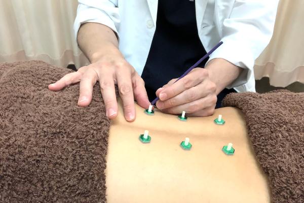 明石駅徒歩3分、アスピア明石北館1階(寿整骨院併設)の寿鍼灸院は国家資格を持つ専門家集団です。